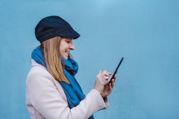 Piękna tysiącletnia kobieta używa telefon