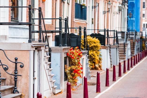 Piękna ulica i starzy domy w amsterdam, holandie, północna holandia prowincja. fotografia plenerowa.