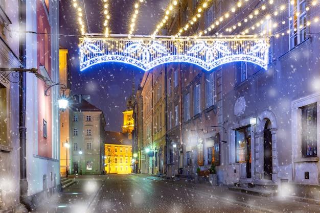 Piękna ulica na starym mieście w warszawie, polska