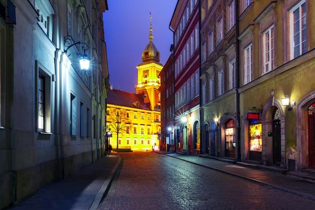 Piękna ulica na starym mieście w warszawie
