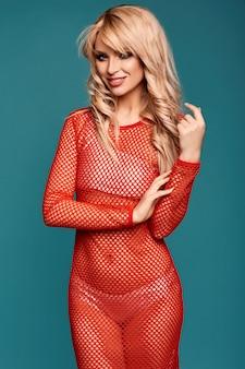 Piękna urocza blondynki dziewczyna w kolorowej plażowej sukni