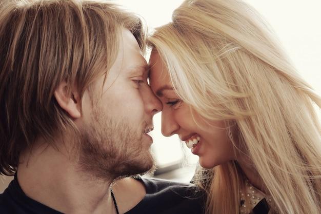 Piękna urocza para twarzą w twarz
