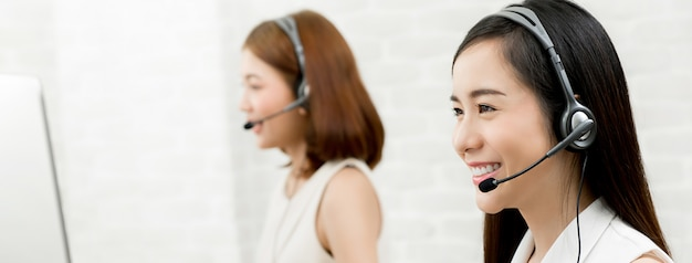 Piękna uśmiechnięta azjatycka kobiety telemarketing obsługi klienta agenta drużyna, centrum telefoniczne pracy pojęcie
