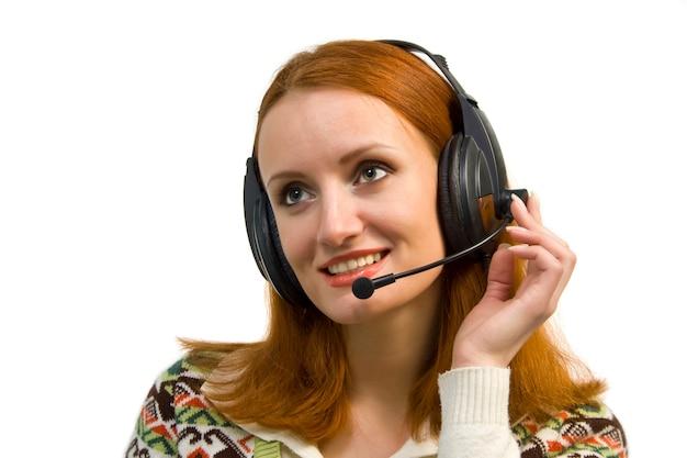 Piękna uśmiechnięta biznesowa kobieta z zestawem słuchawkowym