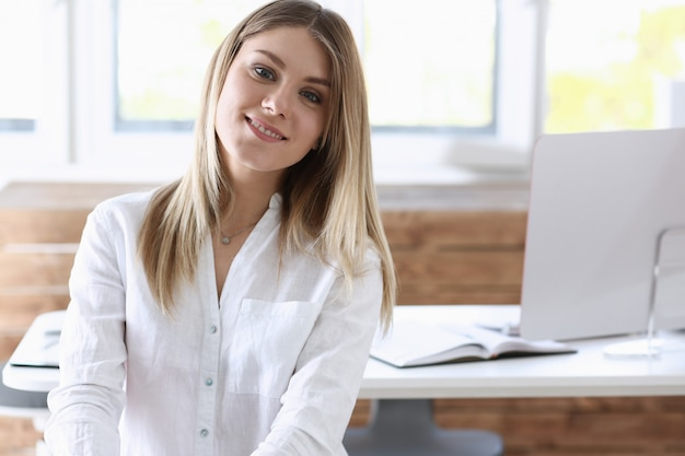 Piękna uśmiechnięta bizneswoman