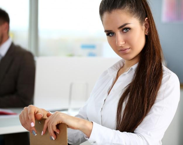 Piękna uśmiechnięta dziewczyna przy miejscem pracy