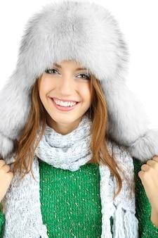 Piękna uśmiechnięta dziewczyna w kapeluszu na białym tle