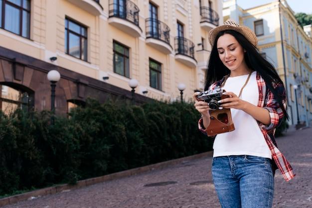 Piękna uśmiechnięta kobieta patrzeje kamerę