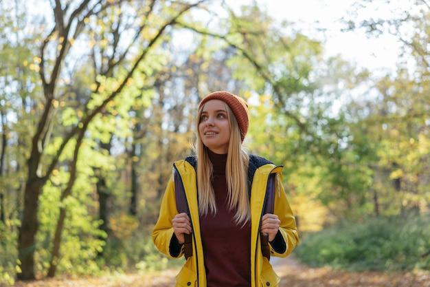 Piękna uśmiechnięta kobieta spaceru w lesie.