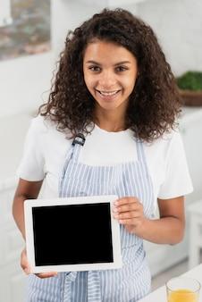 Piękna uśmiechnięta kobieta trzyma ramowego egzamin próbnego up