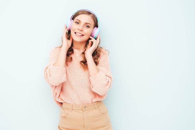 Piękna uśmiechnięta kobieta ubrana w letnie ubrania