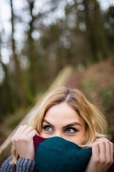 Piękna uśmiechnięta kobieta w lesie