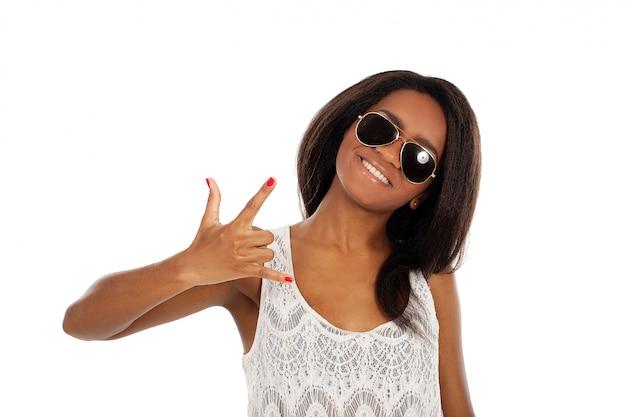 Piękna uśmiechnięta kobieta w okularach przeciwsłonecznych