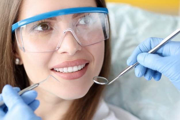 Piękna uśmiechnięta kobieta w portret wizyty u dentysty