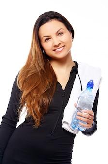 Piękna uśmiechnięta kobieta z butelką woda
