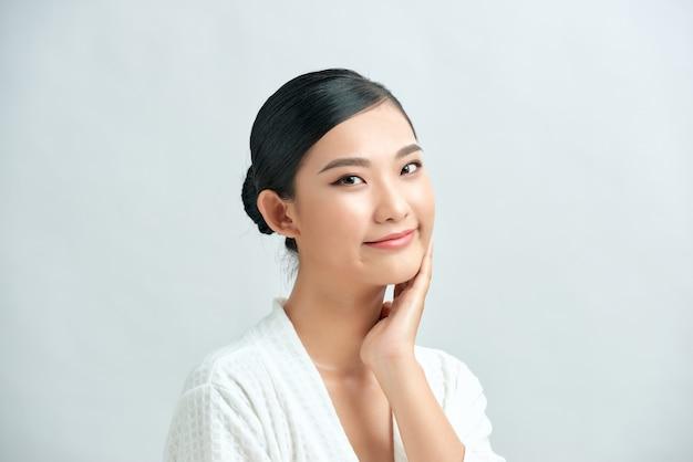 Piękna uśmiechnięta kobieta z czystą skórą, naturalny makijaż na białym tle