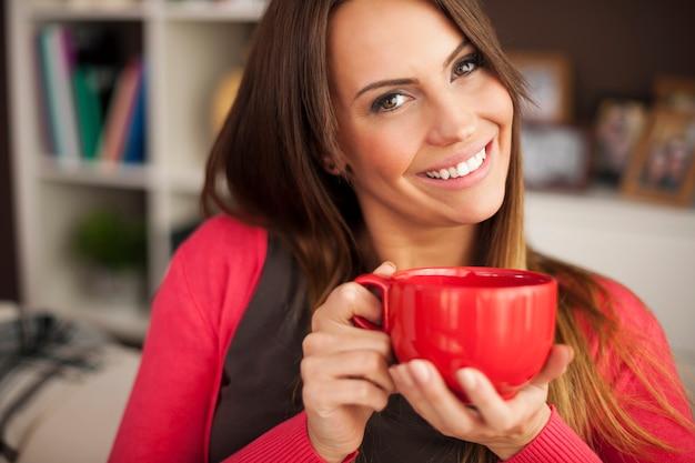 Piękna uśmiechnięta kobieta z filiżanką kawy