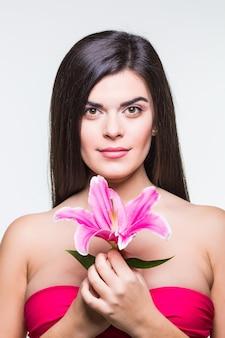Piękna uśmiechnięta kobieta z lilią na białym tle