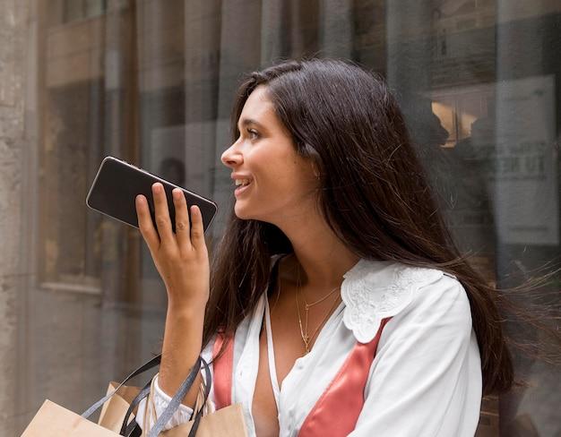 Piękna uśmiechnięta kobieta z smartphone
