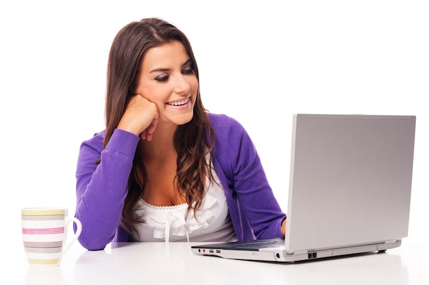 Piękna uśmiechnięta kobieta za pomocą komputera