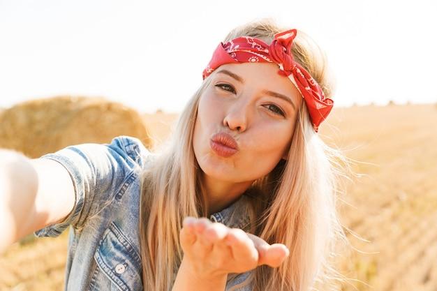Piękna uśmiechnięta młoda blondynka w opasce