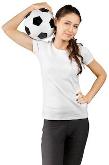 Piękna uśmiechnięta nastoletnia dziewczyna z piłki nożnej piłką