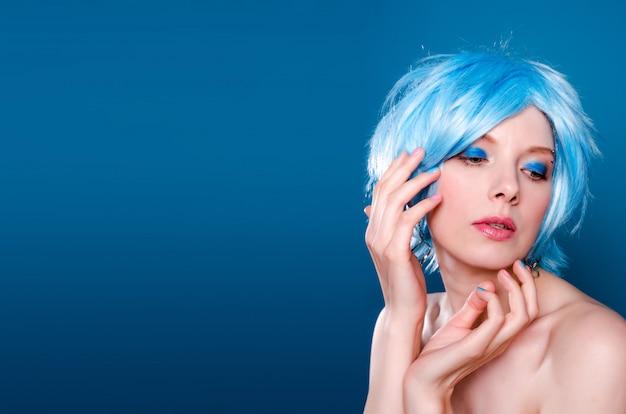 Piękna uwodzicielska kobieta w błękitnej peruce.