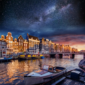 Piękna w amsterdamie. oświetlenie nocne