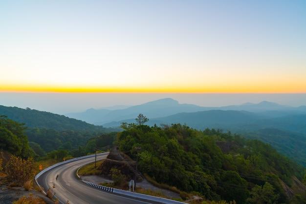 Piękna warstwa górska z niebem o zmierzchu i wschodzie słońca