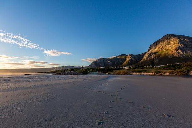 Piękna wieczór sceneria przy plażą w hermanus, południowa afryka