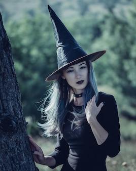 Piękna wiedźma na halloween