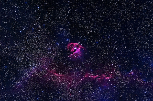Piękna wielobarwna galaktyka. elementy tego obrazu dostarczyła nasa. zdjęcie wysokiej jakości