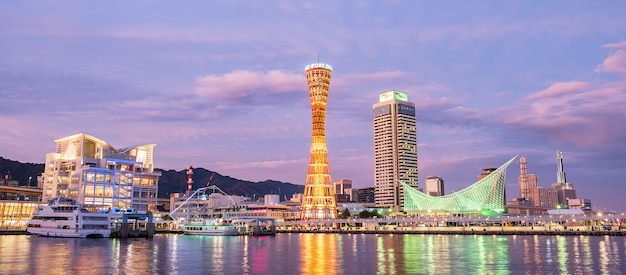 Piękna wieża portowa w kobe, charakterystyczna i popularna wśród turystów w centralnej dzielnicy. kobe, prefektura hyogo,