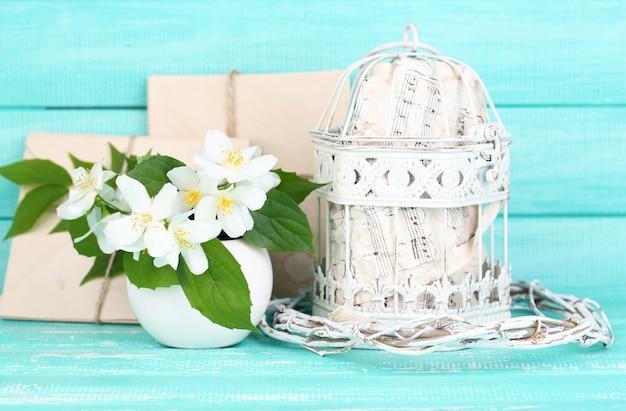 Piękna wiosenna kompozycja z kwiatami jaśminu