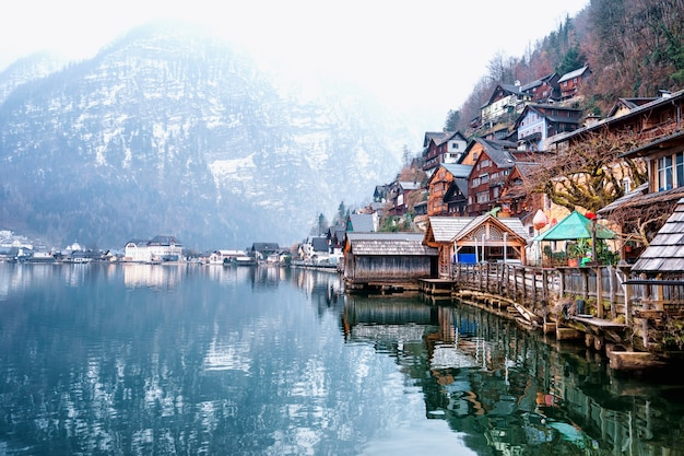 Piękna wioska hallstatt nad jeziorem hallstatt w austrii