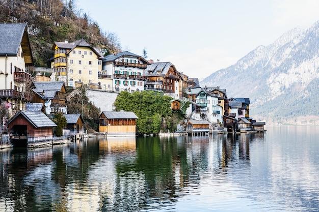 Piękna wioska hallstatt w regionie salzkammergut, austria