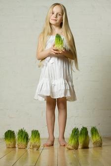 Piękna wiosna dziewczyna na trawie w ręce - miłość do koncepcji natury