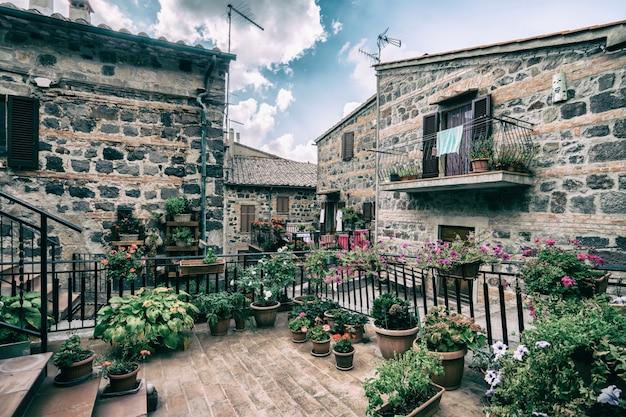 Piękna włoska ulica starego miasta we włoszech.