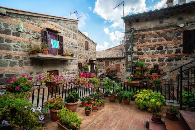 Piękna włoska ulica starego miasta we włoszech