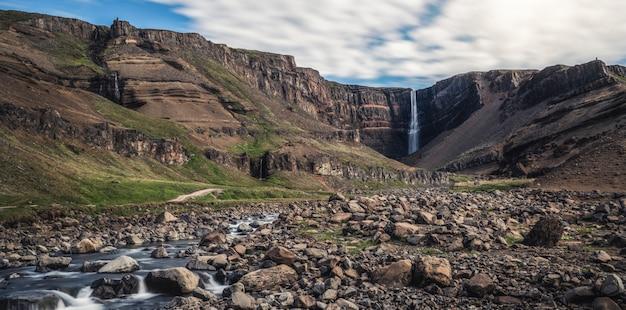 Piękna wodospad hengifoss we wschodniej islandii.