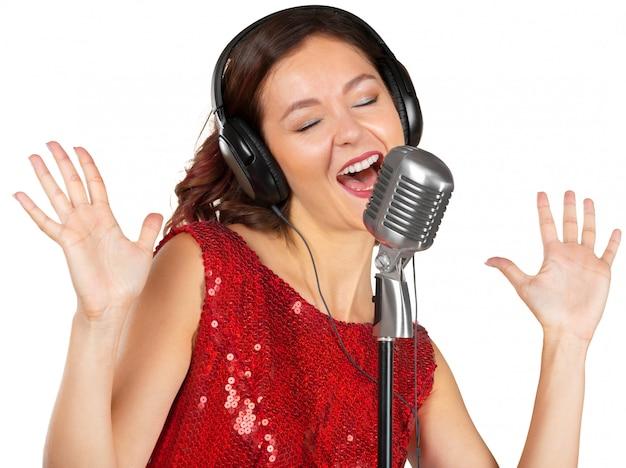 Piękna wokalistka śpiewa piosenkę