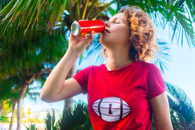 Piękna wspaniała dziewczyna pije sodę