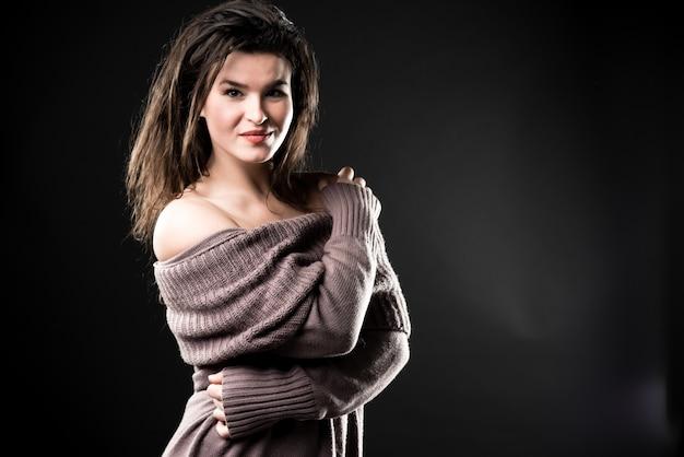 Piękna wyczulona kobieta w ciepłej trykotowej sukni, kopii przestrzeń