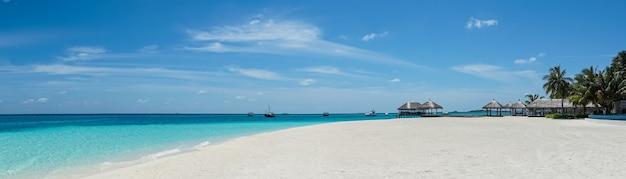 Piękna wyspa plaża na malediwach.