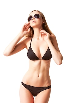 Piękna, wysportowana i wysportowana kobieta w kostiumie kąpielowym. koncepcja utraty tłuszczu, liposukcji i usuwania cellulitu.