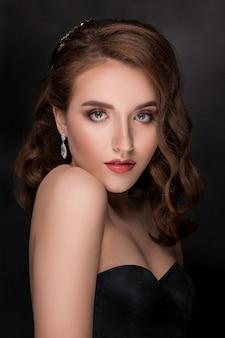 Piękna wzorcowa kobieta z falistą fryzurą
