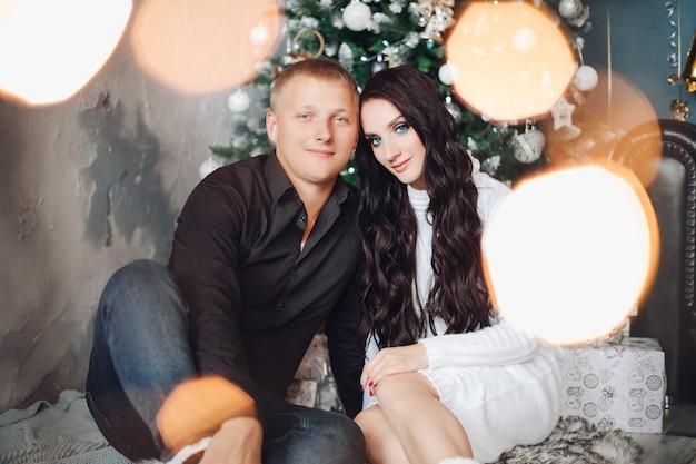 Piękna zakochana para świętuje razem nowy rok