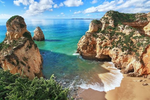 Piękna zatoka z górami i pięknym widokiem na wybrzeże. portugalia, portimão.