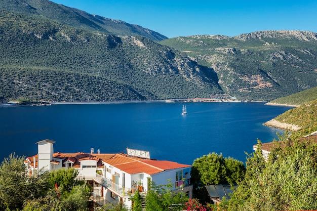 Piękna zatoka z turkusowym morzem na ścianie góry w jaskrawym słonecznym dniu. turystyka i podróże. piękny krajobraz.