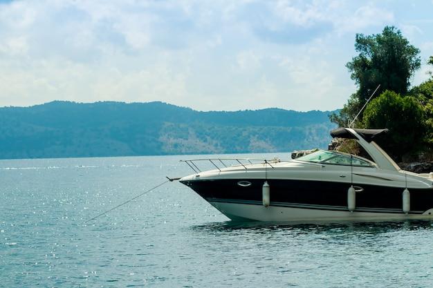 Piękna zatoka z żeglowanie łodzi jachtem, europa wakacje.